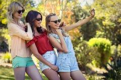Amis prenant le selfie avec le téléphone portable Photo stock