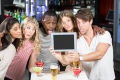 Amis prenant le selfie avec un comprimé Photographie stock libre de droits