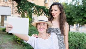 Amis prenant le selfie avec un comprimé Photo libre de droits