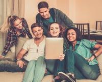 Amis prenant le selfie dans l'intérieur à la maison Photos libres de droits