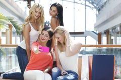 Amis prenant le selfie dans le centre commercial Image libre de droits