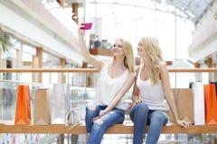 Amis prenant le selfie dans le centre commercial Photographie stock libre de droits