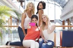 Amis prenant le selfie dans le centre commercial Photo libre de droits