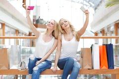 Amis prenant le selfie dans le centre commercial Image stock