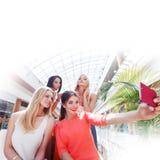 Amis prenant le selfie dans le centre commercial Photographie stock