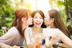 Amis prenant le selfie dans le restaurant de jardin Photos stock