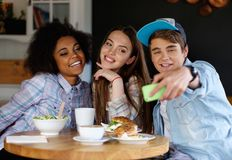 Amis prenant le selfie dans un café Image stock