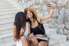 Amis prenant le selfie de lui-même Photo stock