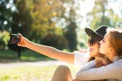 Amis prenant le selfie en parc Images libres de droits