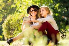 Amis prenant le selfie en parc Image libre de droits