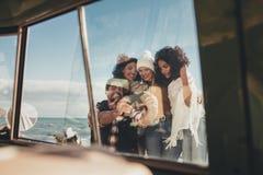 Amis prenant le selfie en vacances Photo libre de droits