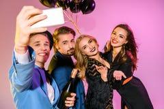 Amis prenant le selfie ensemble Image stock
