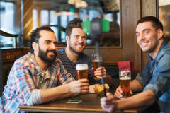 Amis prenant le selfie et buvant de la bière à la barre Image stock