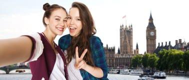 Amis prenant le selfie et montrant la paix à Londres Photo stock