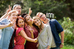 Amis prenant le selfie par le smartphone à l'été Photo stock