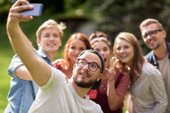 Amis prenant le selfie par le smartphone à l'été Photographie stock libre de droits