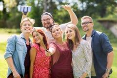 Amis prenant le selfie par le smartphone à l'été Image libre de droits
