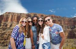 Amis prenant le selfie par le monopod au canyon grand Photo libre de droits