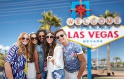 Amis prenant le selfie par le monopod au signe de Las Vegas Photographie stock