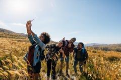 Amis prenant le selfie sur la hausse de campagne Image libre de droits