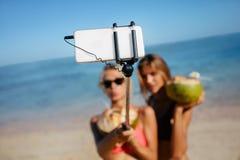 Amis prenant le selfie sur la plage Photographie stock libre de droits
