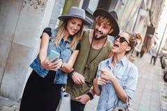 Amis prenant le selfie sur la rue et rire Image stock