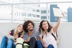 Amis prenant le selfie sur le comprimé numérique Photos libres de droits