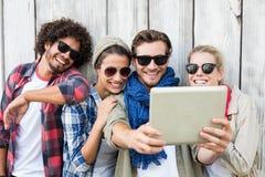 Amis prenant le selfie sur le comprimé numérique Photographie stock libre de droits