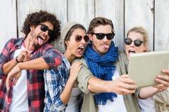 Amis prenant le selfie sur le comprimé numérique Image libre de droits