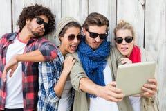 Amis prenant le selfie sur le comprimé numérique Photo stock