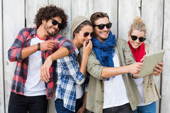 Amis prenant le selfie sur le comprimé numérique Photo libre de droits