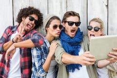 Amis prenant le selfie sur le comprimé numérique Photographie stock