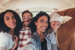 Amis prenant le selfie sur le voyage par la route Image libre de droits