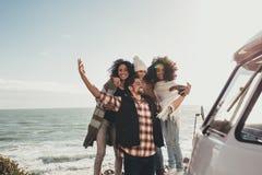 Amis prenant le selfie sur le voyage par la route Photos libres de droits