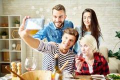 Amis prenant Selfie au dîner Photos libres de droits
