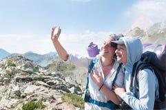 Amis prenant Selfie au sommet de la montagne Images libres de droits