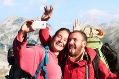 Amis prenant Selfie au sommet de la montagne Photos libres de droits