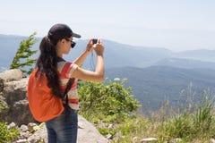 Amis prenant Selfie en haut en montagne Randonneur en bonne santé de fille prenant le selfie avec le téléphone intelligent Photographie stock