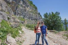 Amis prenant Selfie en haut en montagne Randonneur en bonne santé de fille prenant le selfie avec le téléphone intelligent Photo libre de droits