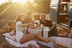 Amis prenant un selfie à un pique-nique près de leur camping-car Photo libre de droits