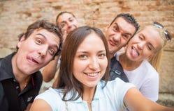 Amis prenant un selfie Images libres de droits