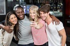 Amis prenant un selfie Photos libres de droits