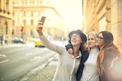 Amis prenant un selfie Photo libre de droits