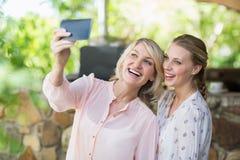 Amis prenant un selfie au téléphone portable Photographie stock