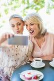 Amis prenant un selfie au téléphone portable Image stock
