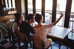 Amis prenant un selfie au téléphone portable Photo stock