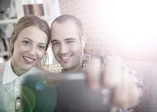 Amis prenant un selfie avec un smartphone Photographie stock libre de droits
