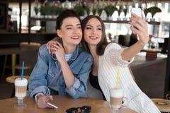 Amis prenant un selfie dans un café Image stock