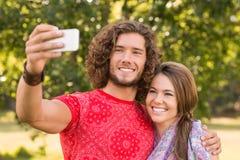 Amis prenant un selfie en parc Photographie stock