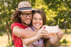 Amis prenant un selfie en parc Images libres de droits